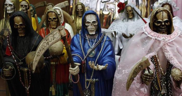 """Secuestradores y ladrones le rezan a un esqueleto con túnica llamado la """"Santa Muerte"""". Foto: EFE"""