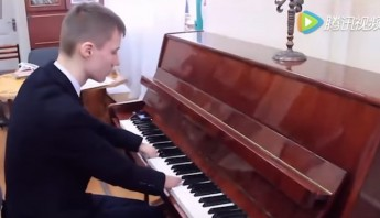 Joven ruso toca el piano sin manos. Foto: Especial