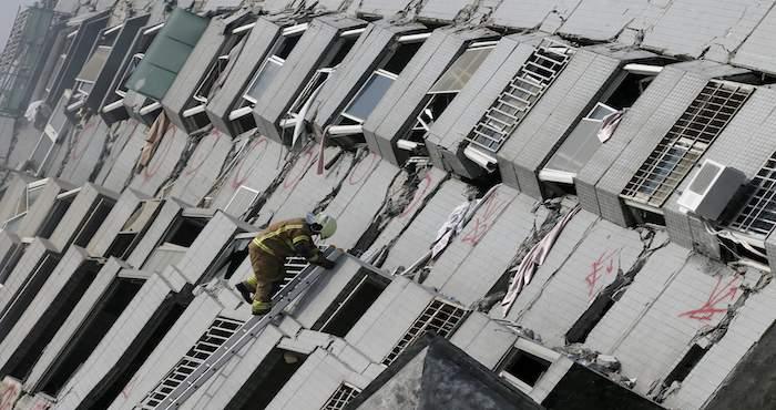 Al menos cien personas se encuentran atrapadas en  Foto: EFE