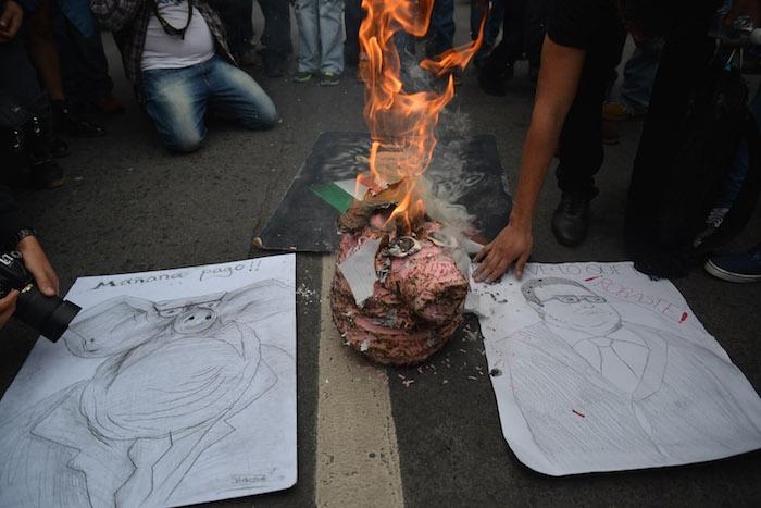 Manifestantes queman figuras de cabeza de puerco durante el evento. Foto: Cuartoscuro