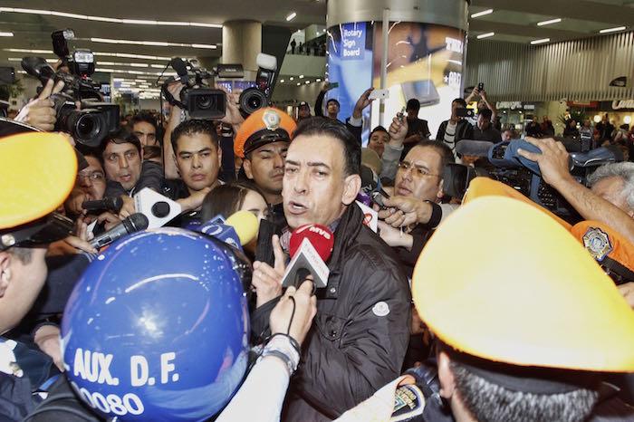 Humberto Moreira llegó al AICM esta noche, donde se desplegó un fuerte operativo de seguridad para reguardar al ex líder del PRI. Foto: Cuartoscuro