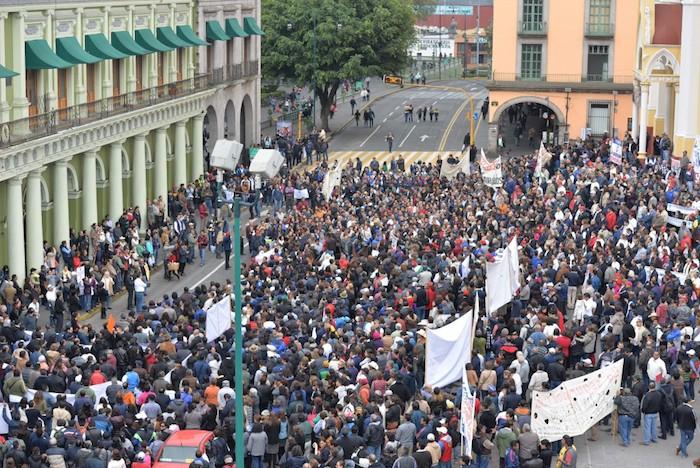 Manifestantes en la Plaza Lerdo de Tejada el pago de los adeudos millonarios que mantiene el gobierno de Javier Duarte con al UV. Foto: Universidad Veracruzana