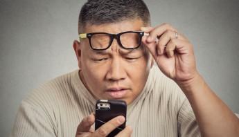 Una cadena de ópticas japonesa ha empezado a comercializar unas gafas para paliar los efectos negativos que el uso del smartphone u otros dispositivos electrónicos produce sobre el usuario antes de dormir. Foto: Shutterstock