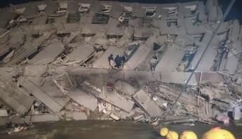 Rescatistas entran en un edificio de oficinas que se derrumbó en Tainan, Taiwán. Foto: AP