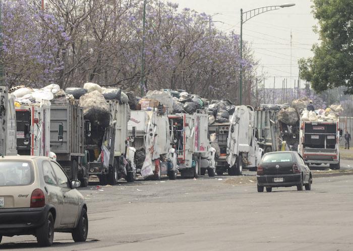 Camiones de limpia en la Central de Abasto. Foto: Cuartoscuro