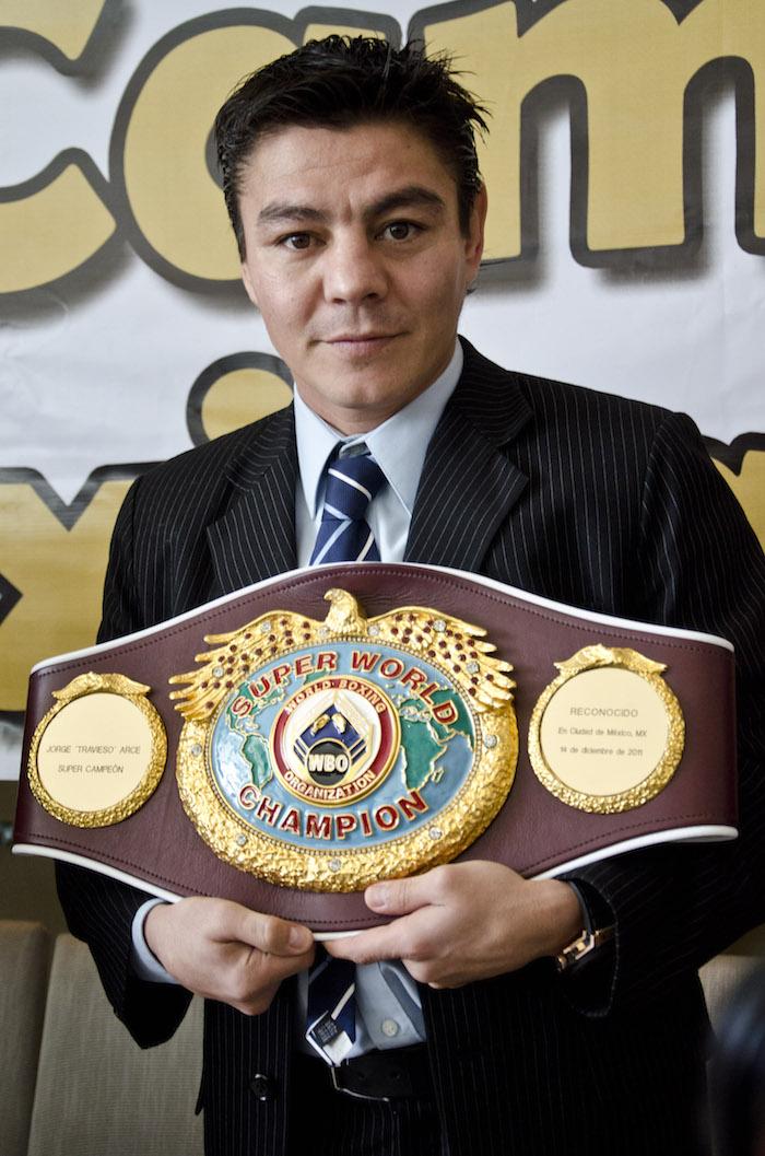 """MÉXICO, D.F., 28DICEMBRE2011.- Jorge """"El Travieso"""" Arce, campeón de la World Boxing Organization (WBO), posa para la foto durante una conferencia de prensa en la que se anunció la entrega de cinturones a sus campeones así como las próximas peleas de sus boxeadores. FOTO: MISAEL VALTIERRA/CUARTOSCURO.COM"""