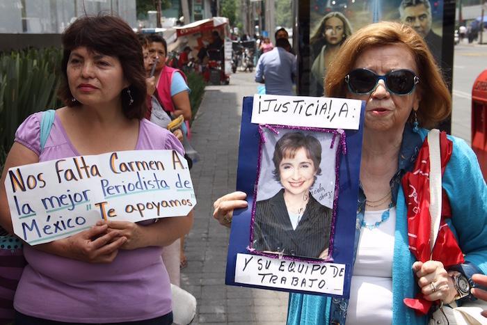 Cientos de personas manifestaron su apoyo a la periodista Carmen Aristegui y su equipo tras su salida de MVS. Foto: Francisco Cañedo, SinEmbargo