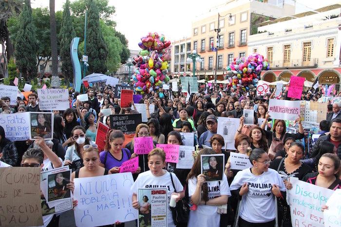 """""""Ni una más"""" fue la consigna plasmada en decenas de pancartas que portaron durante la marcha del silencio el pasado mes de febrero en Puebla. Foto: Luis Barrón, SinEmbargo"""