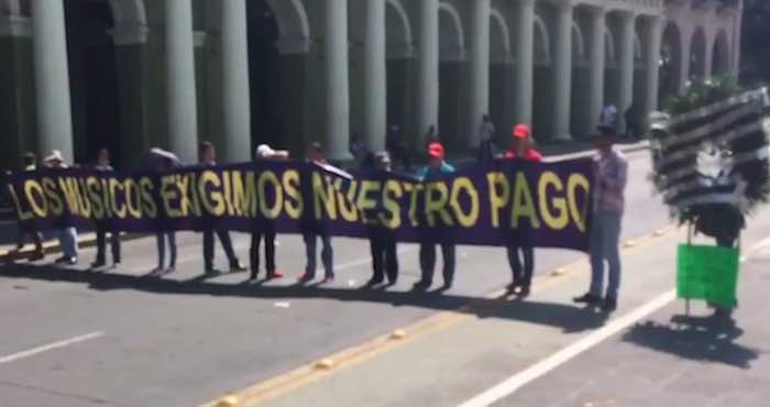 Músicos reclaman frente al Palacio de Gobierno de Veracruz el pago de más de 11 millones de pesos. Foto: Especial