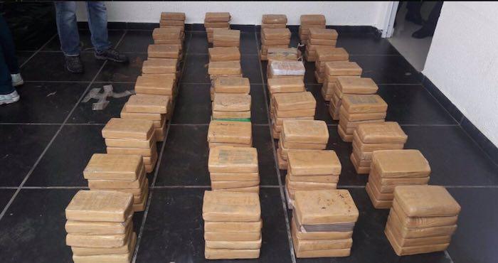 421 kilogramos incautados a los tres presuntos miembros del Cártel de Sinaloa. Foto: Twitter @omarpinzonpma