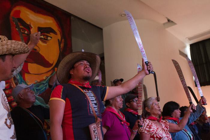 """CIUDAD MÉXICO, 28MARZO2016.- Organizaciones sociales del Estado de México ofrecieron una conferencia de prensa para manifestar su rechazo a la llamada Ley Atenco, que fue promulgada el 18 de marzo por el gobierno de esa entidad. La Ley que Regula el Uso de la Fuerza Pública fue una iniciativa del gobernador Eruviel Ávila, enviada en diciembre de 2015 al Congreso estatal, y regula el uso de la fuerza en el Estado de México y permite que los elementos de seguridad pública disuelvan manifestaciones y protestas consideradas """"ilegales"""", incluso, usando armas letales de ser necesario. Los inconformes advirtieron que realizarán manifestaciones pacificas para revertir la llamada """"Ley Eruviel"""". FOTO: MOISÉS PABLO /CUARTOSCURO.COM"""