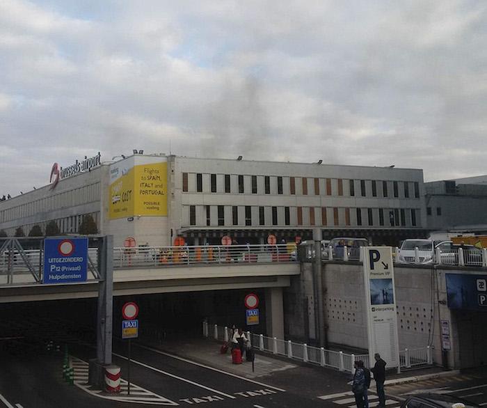 En esta imagen proporcionada por Daniela Schwarzer, humo alzándose desde el aeropuerto de Bruselas en Bruselas, Bélgica, después de que se oyeran dos explosiones. Foto: AP.