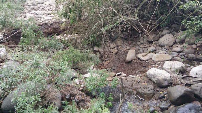 """Al menos 10 mil personas eran beneficiadas con el agua del afluente. Foto: Vía Twitter Un socavón """"desapareció"""" el río Atoyac. Foto: Vía Twitter @yolaguca"""