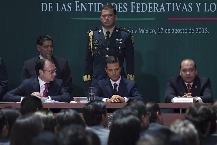 Luis Videgaray, Secretario de Hacienda junto a Enrique Peña Nieto, Presidente de la República durante la presentación de la Iniciativa de Legislación Secundaria en Materia de Disciplina Financiera el 17 de agosto. Foto: Cuartoscuro