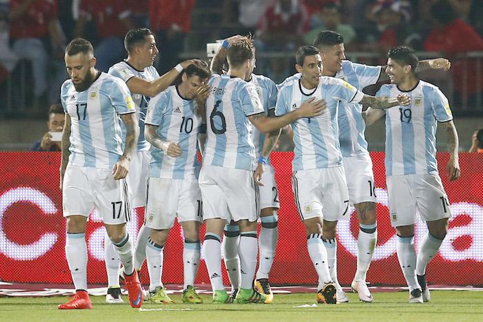 Jugadores de Argentina celebran después de anotar contra Chile. Foto: EFE