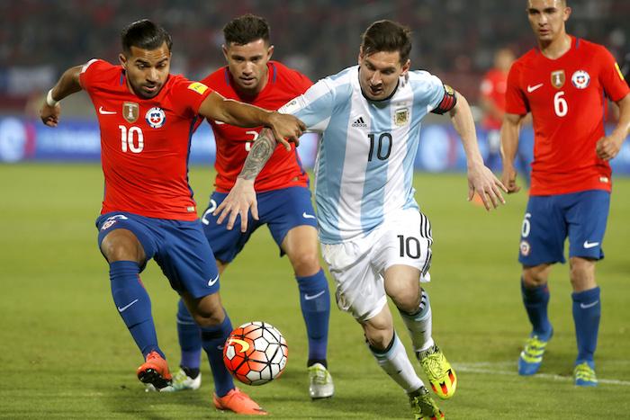 El jugador de Argentina Lionel Messi disputa el balón con Bryan Rabello. Foto: EFE