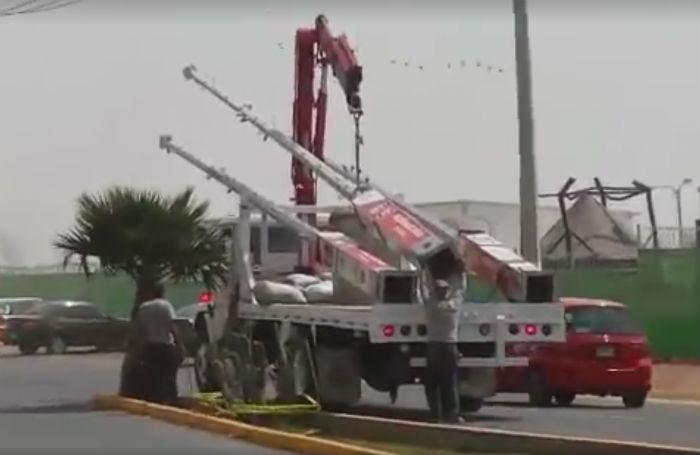 Retiro de postes con cámaras de vigilancia en avenida Insurgentes. Foto: Denuncia Ecatepec.
