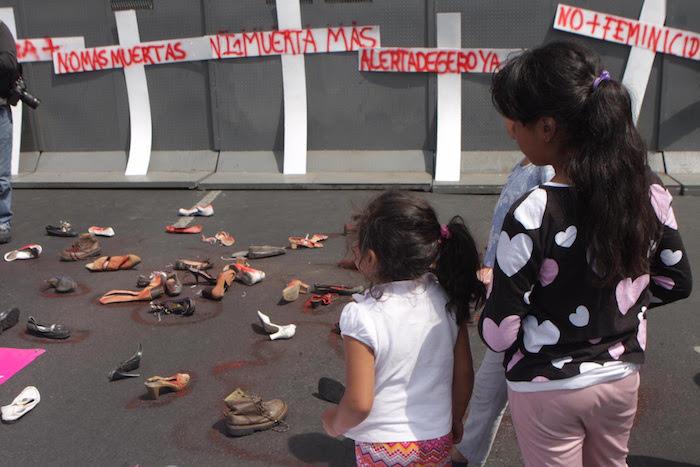 En el marco del Día internacional de la Mujer mujeres integrantes de organizaciones civiles marcharon hacia la Secretaría de Gobernación para demandar que se extienda la Alerta de Género en los otros 114 municipios del Estado de México. Foto: Valentina López, SinEmbargo.