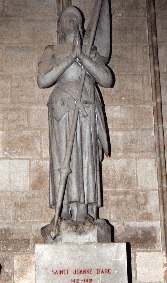 """Estatua de Juana de Arco, conocida como la """"doncella de Orleans"""", heroína francesa que salvó a su país de la dominación inglesa, en la catedral de Notre Dame, en París. Foto: EFE"""