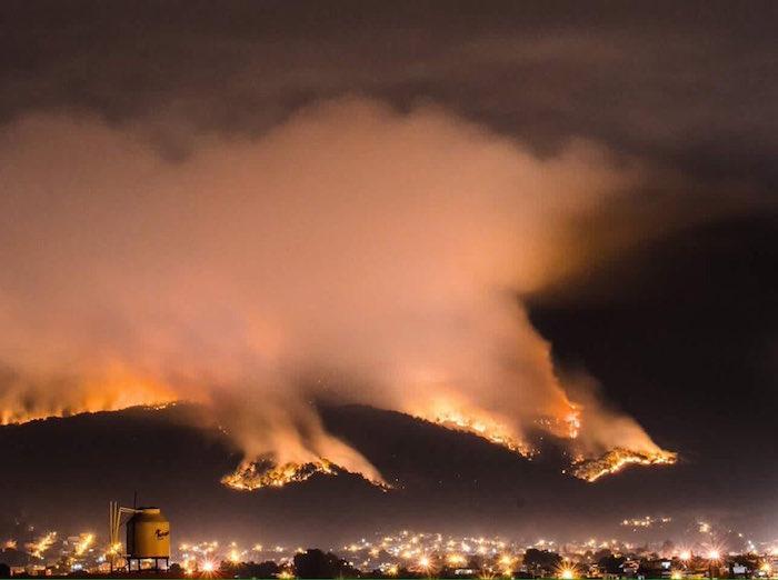 El día de ayer fueron provocados incendios en tres puntos diferentes de Uruapan. Foto: Twitter vía @casahaus
