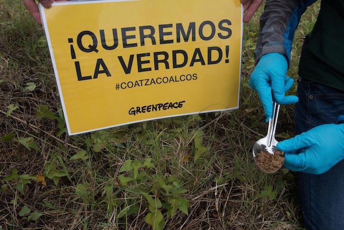 Greenpeace acudió al puerto de Coatzacoalcos a tomar muestras de agua y suelo en el ambiente tras explosión. Foto: Greenpeace.