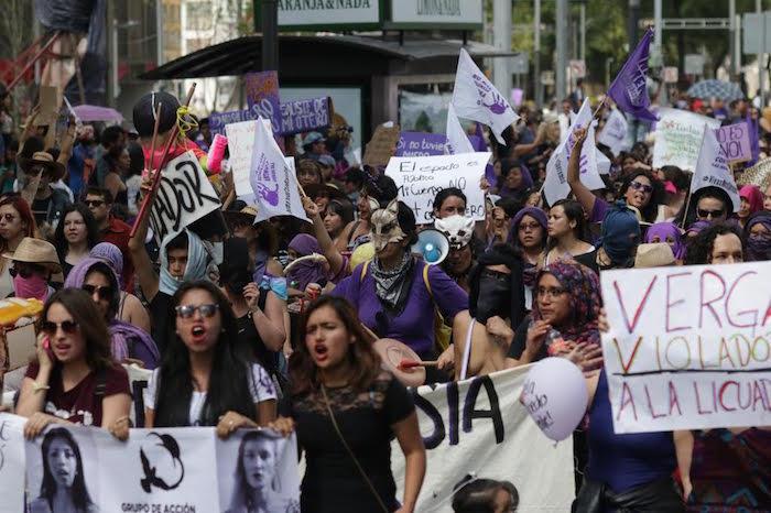 La marcha contra la violencia a la mujer a su paso por Reforma. Foto: Francisco Cañedo, SinEmbargo