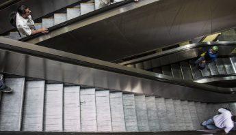 MEXICO, D.F., 26ABRIL2014.-Usuarios del Sistema de Transporte Metropolitano se desplazan en las escaleras eléctricas de la estación Camarones, en la linea 7. FOTO: DAVID POLO /CUARTOSCURO.COM
