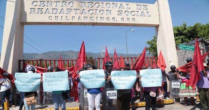 Manifestantes afuera del penal de Chilpancingo piden la libertad de Gonzalo. Foto: Jessica Torres, El Sur.