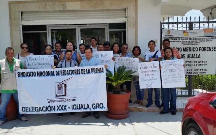 Los colegas del periodista afuera del Semefo de Iguala. Foto: Alejandro Guerrero, El Sur