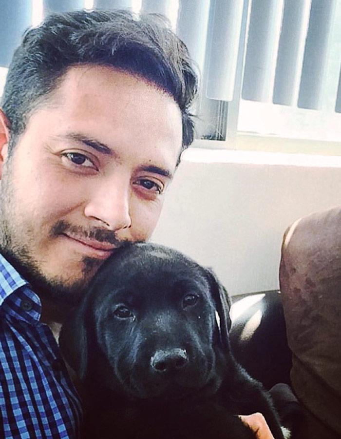 Rolando y Bruno, el perro que inspiró a crear Paséame. Foto: Especial.