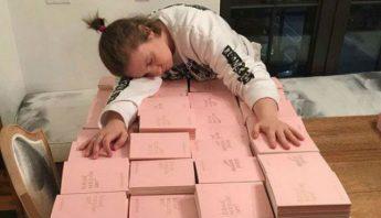 Lena Dunham en la tarea de autografiar sus libros. Foto: Facebook