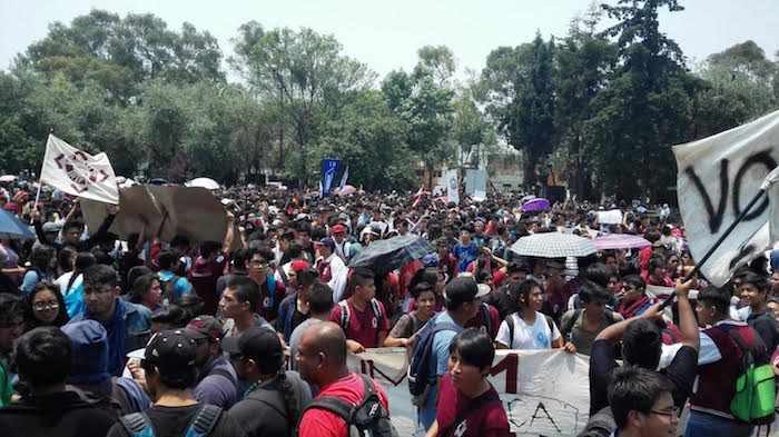 Cientos de estudiantes de las vocacionales 1,2,4,5,6, 7,11,12, y de la Superior de Turismo marcharon a la Dirección General del IPN. Foto: Luis Barrón, SinEmbargo,