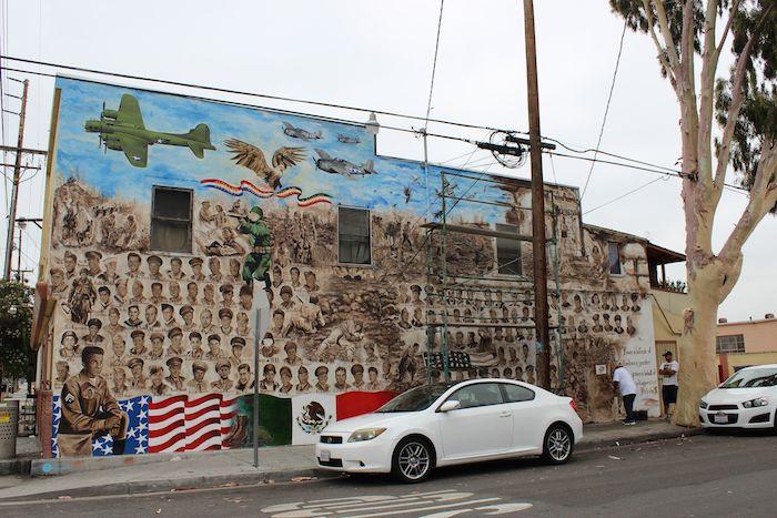 """El mural """"Entre Héroes"""" está pintado sobre el muro exterior del restaurante """"La Chiquita"""" en Santa Ana, California, y cuya inauguración está prevista para el verano. Foto: EFE"""