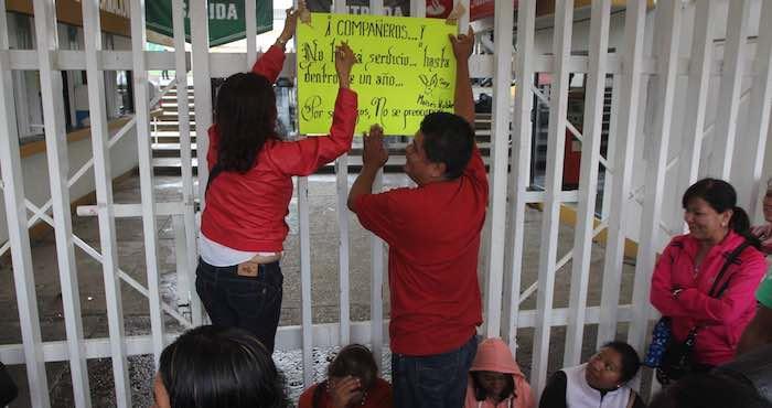 En la imagen, maestros de la región de la Mixteca se reunieron en las oficinas del IEEPO. Foto: Cuartoscuro.