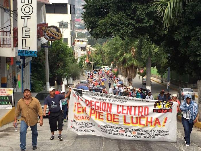La CETEG marchó del plantón instalado frente a la SEG rumbo al Congreso local. Foto: Jesús Eduardo Guerrero, El Sur.