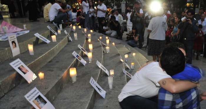 En la imagen, varias personas encienden velas en el Ángel de la Independencia, en Ciudad de México, en memoria de los 49 niños que perdieron la vida en el incendio ocurrido en la Guardería ABC de Hermosillo. Foto: EFE.