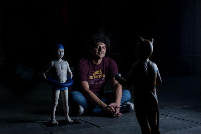 Foto del artista con sus piezas escultóricas   Foto: Francisco Cañedo, para el portal SinEmbargo