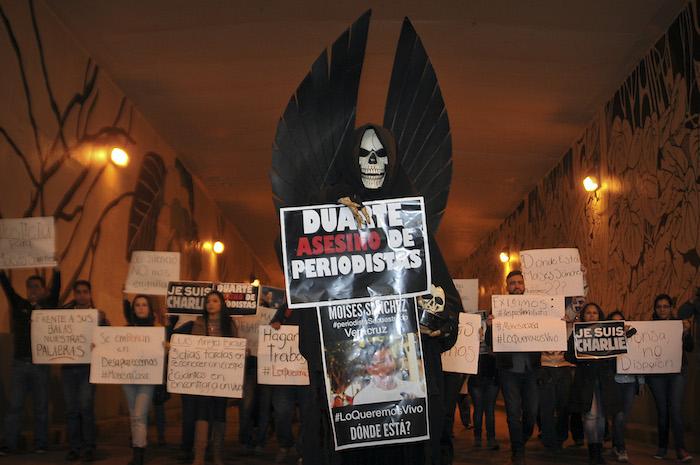 Manifestación en Veracruz de reporteros, fotógrafos, activistas, maestros y estudiantes. Foto: Cuartoscuro.