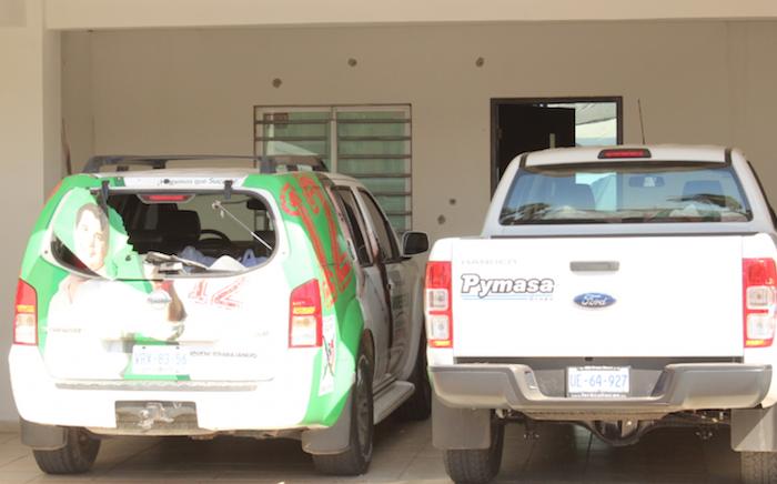 La fachada de la casa y la camioneta con la imagen del candidato del PRI a Diputado, Andrés Félix Zavala, muestran los daños provocados por las balas. Foto: Noroeste