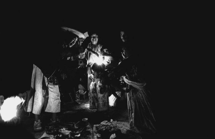 Mara'akame Julio Robles en el tuki, templo oscuro del oriente. Foto: Lorenzo Armendáriz/Artes de México