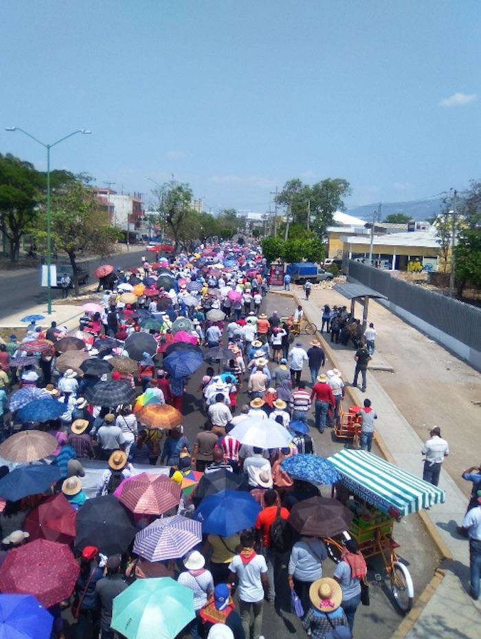 Miles de personas marcharon Tuxtla Gutiérrez, Chiapas, para iniciar un planton en la plaza central. Foto: @yanezjl