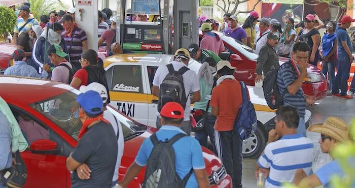 Integrantes de la CNTE durante la toma de una Gasolinera el día de hoy. Foto: Cuartoscuro.