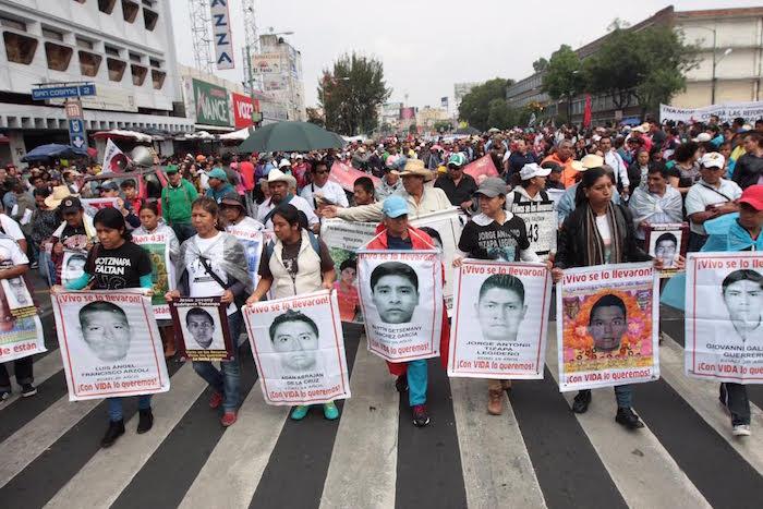 Padres de los 43 normalistas acompañaron la marcha de los profesores. Foto: Valentina López, SinEmbargo