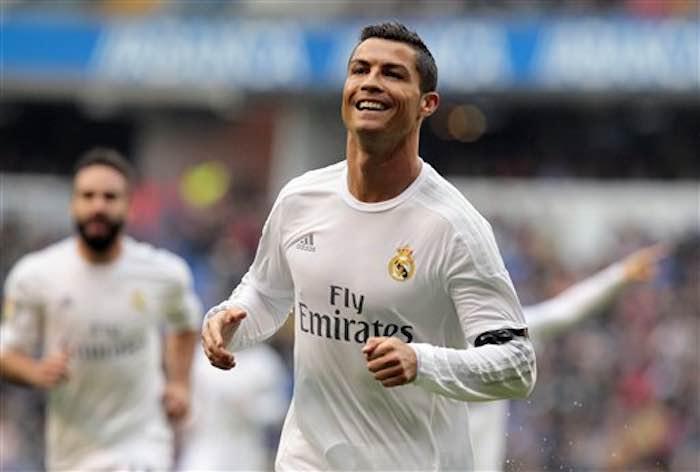 Cristiano Ronaldo celebrando tras marcar un gol ante el Deportivo La Coruña en la liga española el sábado 14 de mayo de 2016. Foto: AP