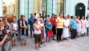 50 pobladores de Tixtla acudieron a la parroquia para convocar a los feligreses y hacer extensa la denuncia de las anomalías del sacerdote. Foto: El Sur.