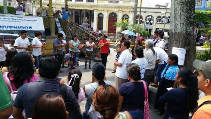 Estudiantes de la región de las Altas Montañas también se manifestaron para exigir el pago del adeudo a la UV. Foto: Víctor Abasolo, Blog Expediente
