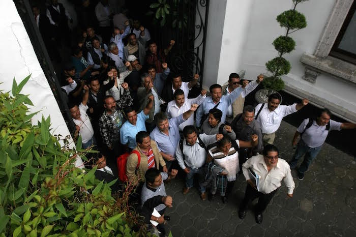 Integrantes de la disidencia magisterial a su arribo a las instalaciones de la Segob. Foto: Valentina López, SinEmbargo