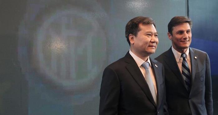 El capitán del Inter de Milán, Javier Zanetti (d), y el fundador y presidente de Suning Holdings, Zhang Jindong (i), posan durante una rueda de prensa en Nankín (China). Foto: EFE