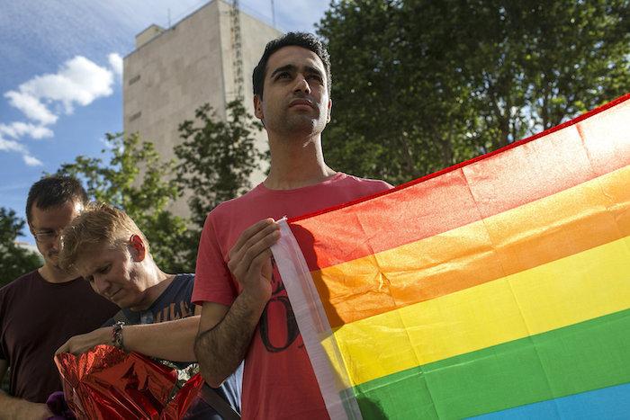 Un joven sostiene una bandera del arcoíris en apoyo a las víctimas de la matanza ocurrida en el club gay Pulse de Orlando. Foto: EFE/Santi Donaire