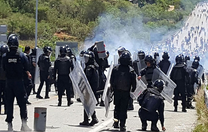 Los choques se prolongaron durante varias horas tanto en ese municipio como en San Pablo Huitzo, ambos al norte de la ciudad de Oaxaca. Foto: EFE